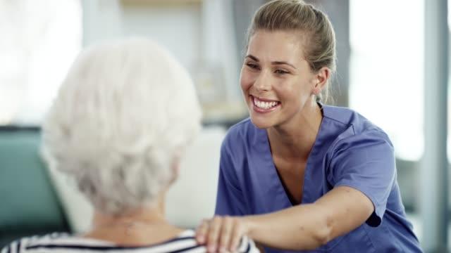 vídeos de stock e filmes b-roll de she's loving and caring - enfermeira