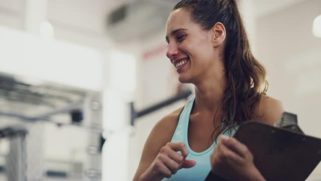 vídeos de stock, filmes e b-roll de ela é a minha motivação - instrutor de fitness