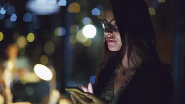 vídeos de stock e filmes b-roll de she's ready to work whatever hours are required - geração millennial
