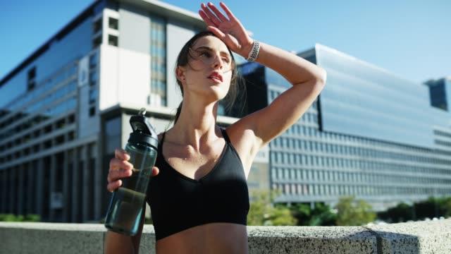 vídeos y material grabado en eventos de stock de se queda hidratada durante su entrenamiento - autodisciplina