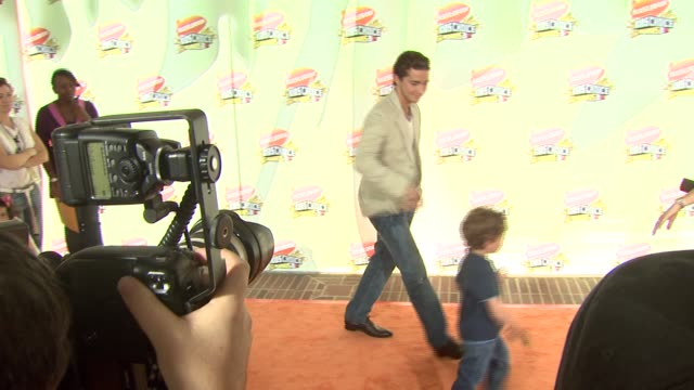 shia labeouf at the 2007 nickelodeon's kids' choice awards at ucla's pauley pavilion in los angeles california on march 31 2007 - 2007 stock-videos und b-roll-filmmaterial