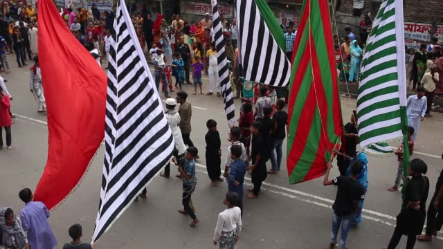 shia muslims participate a tazia procession to remembering hazrat imam hasan at hussaini dalan in dhaak bangladesh on september 21 2018 muslims... - ashura muharram stock-videos und b-roll-filmmaterial