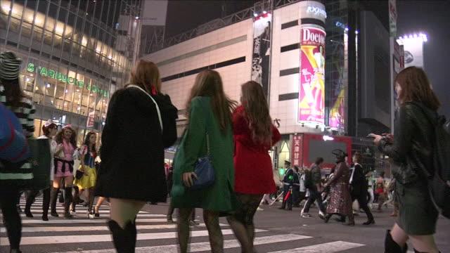 shibuya crossing at halloween night, tokyo, japan - 扮装点の映像素材/bロール