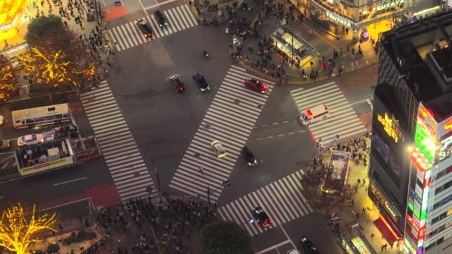 stockvideo's en b-roll-footage met shibuya crossing bij nacht/ambulance - red