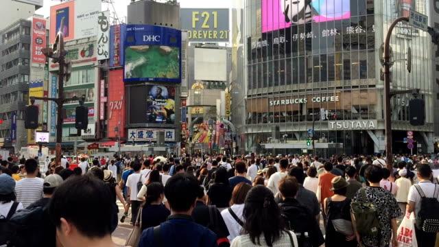 vídeos y material grabado en eventos de stock de ws shibuya crossing en tokio, japón - grupo grande de personas