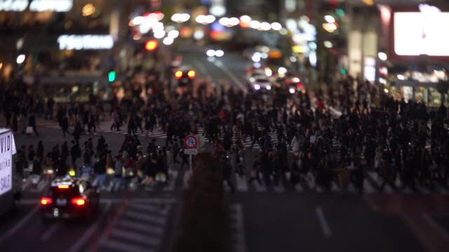 stockvideo's en b-roll-footage met shibuya crossing in the evening (tilt-shift) - shibuya shibuya station