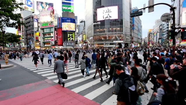 vídeos y material grabado en eventos de stock de shibuya crossing in tokyo, japan capital city - cruce de shibuya