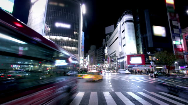 kreuzung shibuya in tokio, japan - road junction stock-videos und b-roll-filmmaterial