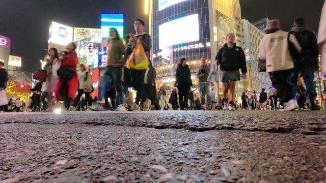 渋谷交差点の時間経過東京 - 方向標識点の映像素材/bロール