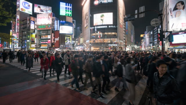 vídeos de stock, filmes e b-roll de shibuya: rua de travessia multidão pessoas - sinais de cruzamento