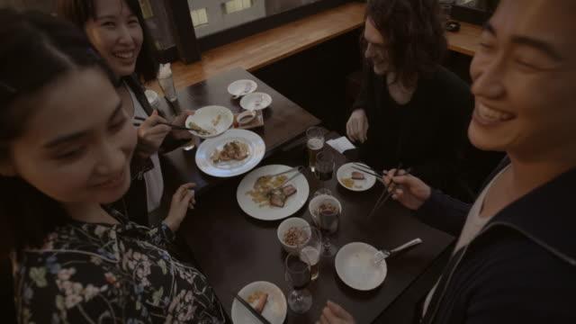 Shibuya vänner måltid restaurang Slow motion Tokyo Japan.