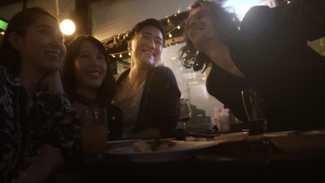 Shibuya Freunde Selfie Restaurant Zeitlupe Tokio Japan.