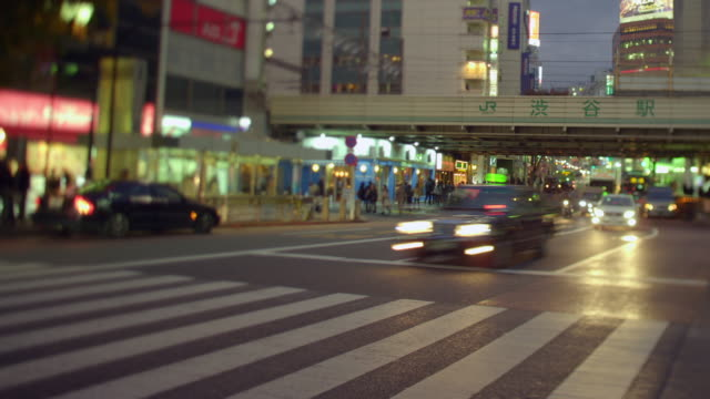 vidéos et rushes de shibuya pedestrian crossing, night. - piéton