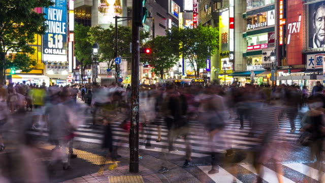 shibuya scramble crossing - motion timelapse - figura maschile video stock e b–roll