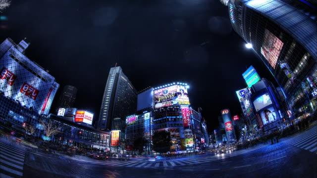 shibuya; scramble crosswalk; passersby and running cars; night view: sfx; fish-eye shot; time lapse. - 広角撮影点の映像素材/bロール