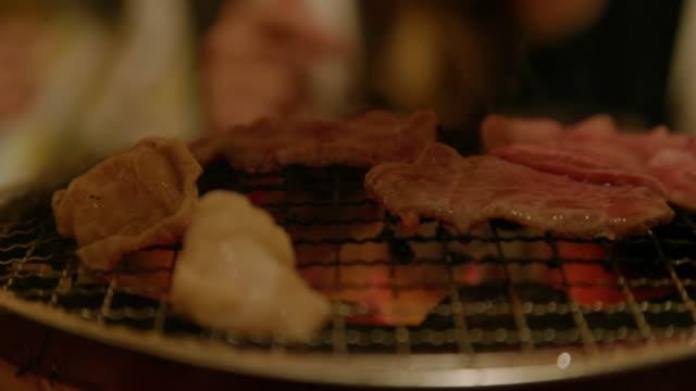 vídeos de stock, filmes e b-roll de shichirin grelhado. - comida japonesa