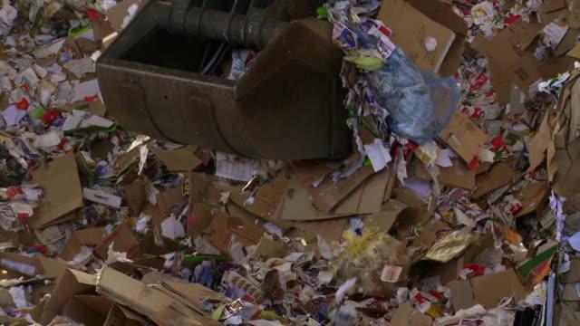 シフト段ボール廃棄物をリサイクルセンター - ゴミ捨て場点の映像素材/bロール