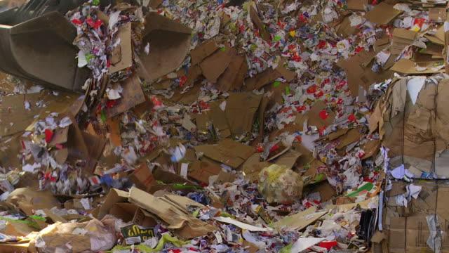 wechselnde papier in einem recycling center - hochziehen stock-videos und b-roll-filmmaterial