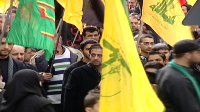 vídeos y material grabado en eventos de stock de shiite men carrying flags and chanting 'hay-haat minna dhilla' at an ashura procession in dahieh, organised by hezbollah. - ashura