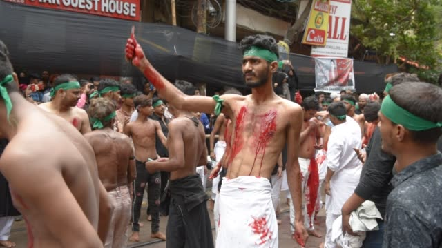 vídeos y material grabado en eventos de stock de shiite muslim mourners flagellate themselves during a procession on the tenth day of muharram which marks the day of ashura in kolkata india... - ashura
