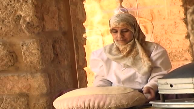 shiite woman is thinning dough in the air by spinning it to make 'saj bread' saj bread aka markook is a type of unleavened flat bread common in the... - religiöse kleidung stock-videos und b-roll-filmmaterial