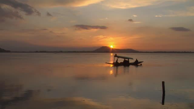 ws shikara floating on dal lake at sunset / srinagar, jammu and kashmir, india - jammu e kashmir video stock e b–roll