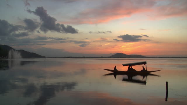 ws shikara floating on dal lake at sunset / srinagar, jammu and kashmir, india - unknown gender stock videos & royalty-free footage