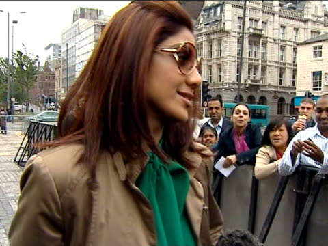 Shilpa Shetty arrives for Bollywood Oscarstyle awards in Castleford ENGLAND Yorkshire Castleford EXT Bollywood actress Shilpa Shetty out of car and...