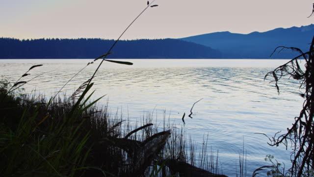 夕日きらめく湖の水