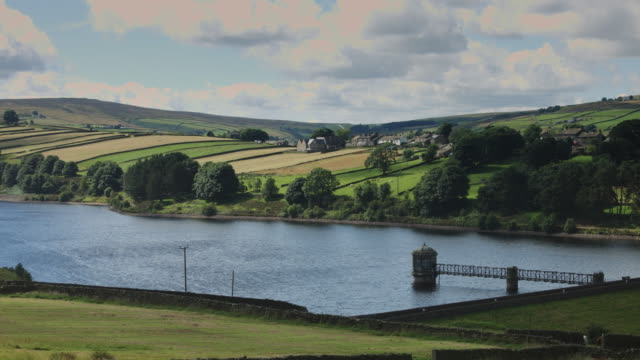 vídeos de stock e filmes b-roll de shimmering reservoir in yorkshire farmland - feito pelo homem