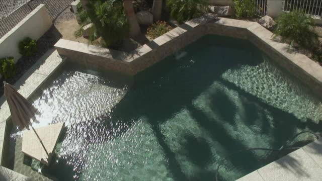 vidéos et rushes de ws ha shimmering swimming pool / lake havasu, arizona, usa - palace