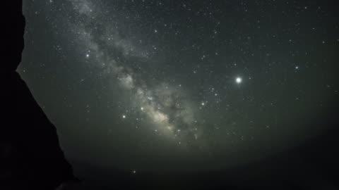 shining galaxy/ milky way rising from the sea horizon - rymd och astronomi bildbanksvideor och videomaterial från bakom kulisserna