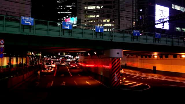 vídeos de stock, filmes e b-roll de shinjuku à noite em tóquio, japão - plusphoto