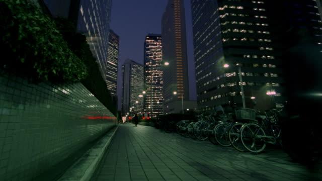 vídeos de stock e filmes b-roll de fast motion, ms, tu, shinjuku district at night, tokyo, japan - bairro de shinjuku