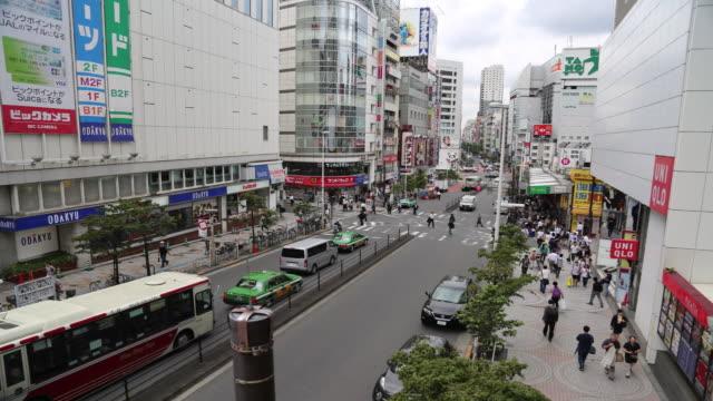 vídeos y material grabado en eventos de stock de shinjuku downtown area - letrero de tienda