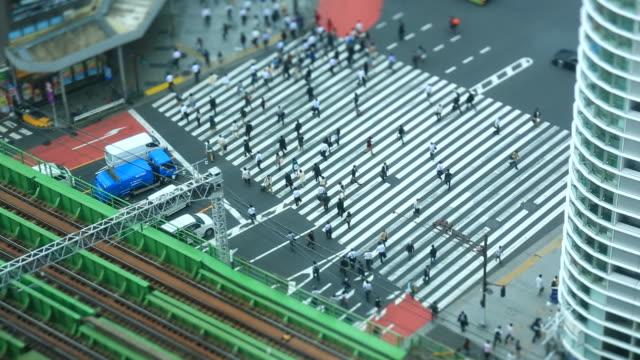 vídeos de stock, filmes e b-roll de shinjuku, tokyo - sinais de cruzamento