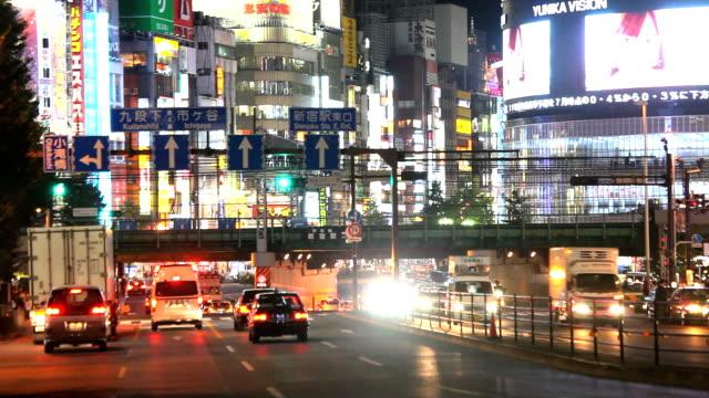 vídeos de stock, filmes e b-roll de shinjyuku à noite em tóquio - plusphoto