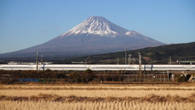 vídeos y material grabado en eventos de stock de shinkansen bullet train passing by mt. fuji - campo de arroz
