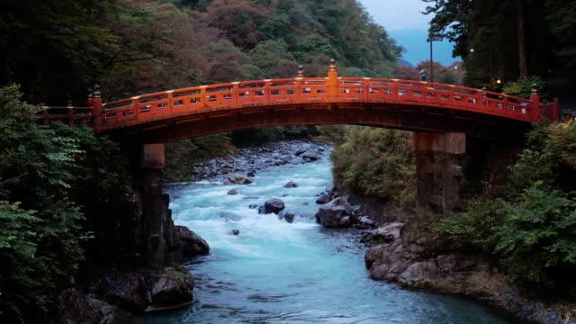 秋の季節の夕暮れ時の新京大橋 、 日光 、 日本 、 スローモーション - スピリチュアル点の映像素材/bロール