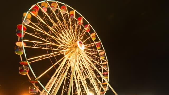 Glänzende Riesenrad in die Nacht.