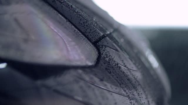 vídeos y material grabado en eventos de stock de chapa metálica lacada brillante cubierta con gotas de agua. lluvia - gota de agua salpicando