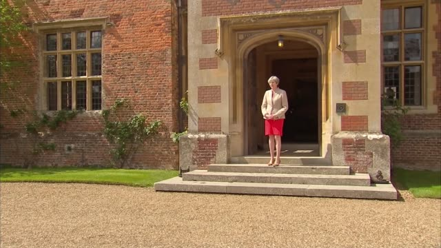 vídeos y material grabado en eventos de stock de shinzo abe arrives at chequers for talks with theresa may england buckinghamshire ellesborough chequers ext chequers entrance / various shots of... - buckinghamshire