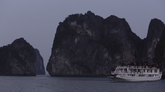 stockvideo's en b-roll-footage met ws pan ship anchored in ha long bay / vietnam - voor anker gaan