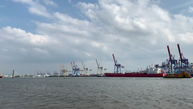 vidéos et rushes de ship and boat traffic on the elbe river, the port of hamburg - limite