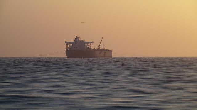 vidéos et rushes de ship at sea in smog near los angeles - hémisphère nord