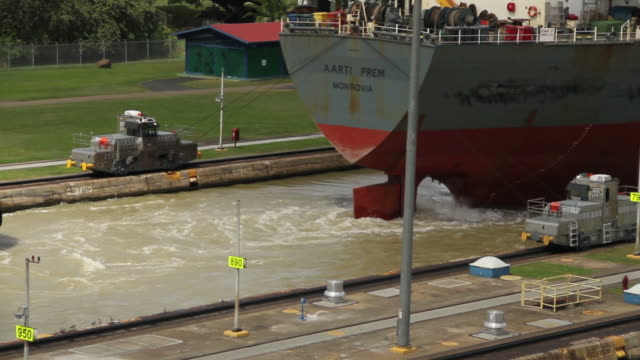 a ship begins to leave the panama canal - panamakanal stock-videos und b-roll-filmmaterial
