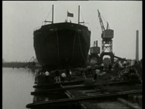 b/w ship being launched into water / no - stapellauf stock-videos und b-roll-filmmaterial