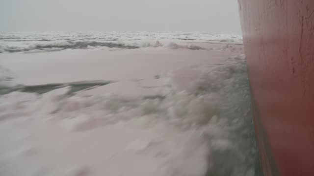 stockvideo's en b-roll-footage met a ship breaks through sheets of ice in the southern ocean. available in hd. - rondrijden