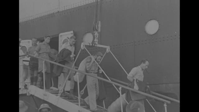 vidéos et rushes de ship carrying freed prisoners anchored in harbor at beirut, syria / view from below of freed prisoners leaning on rail of ship and looking down /... - british military