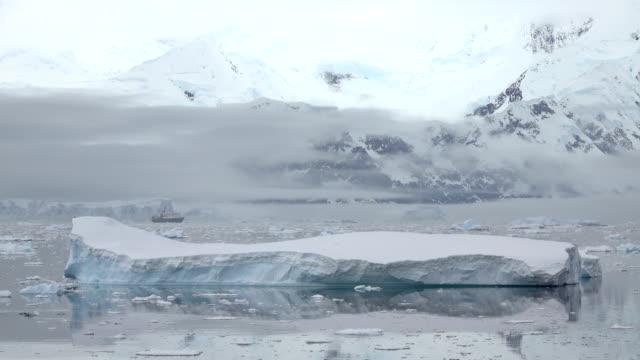 stockvideo's en b-roll-footage met schip cruises ijs gevuld neko harbor antarctisch schiereiland berg gletsjers antarctica - antarctica
